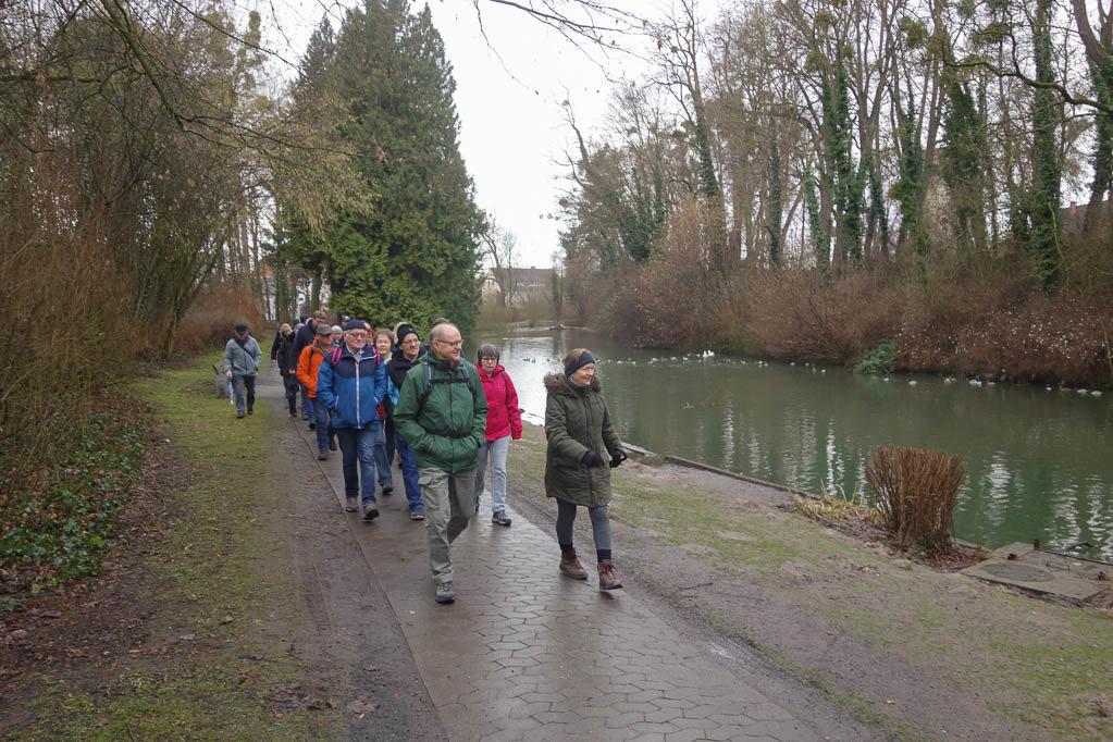 Die Gruppe wandert durch die  Einbecker Parkanlagen