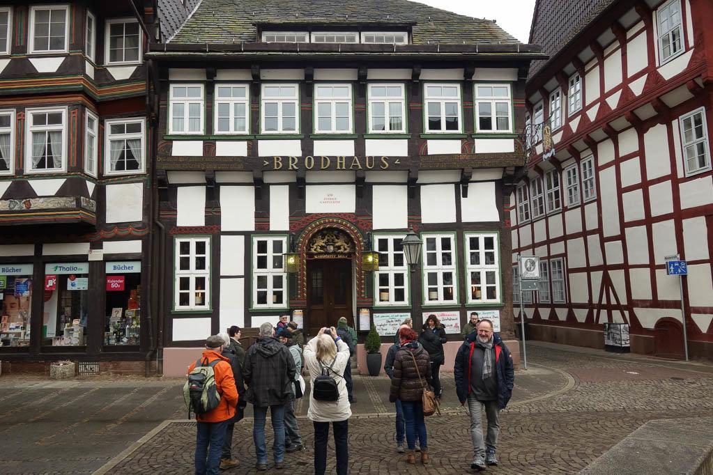 Die Wanderer vor dem Brodhaus