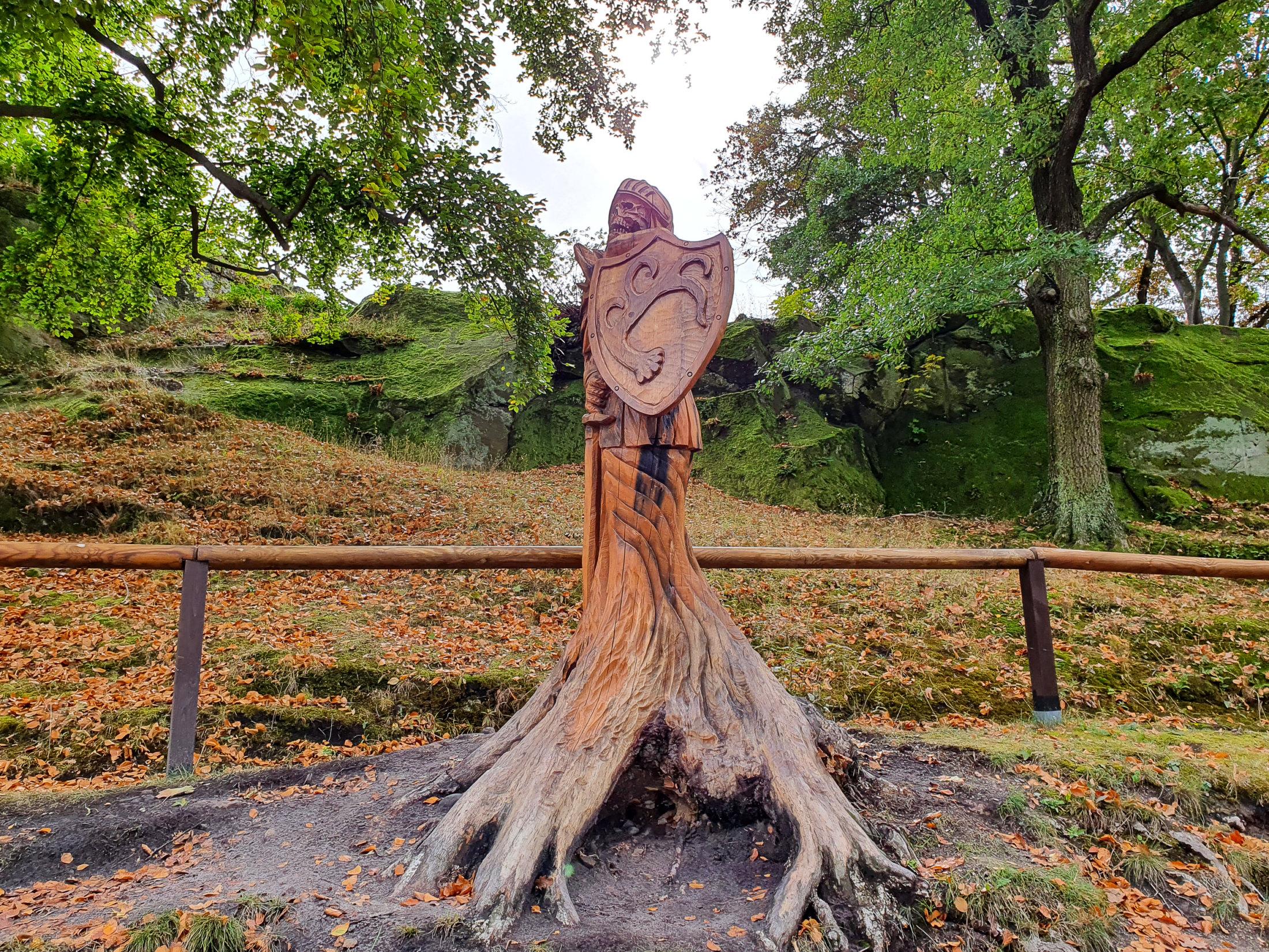 Holzritter auf dem Gelände der Burg Regenstein