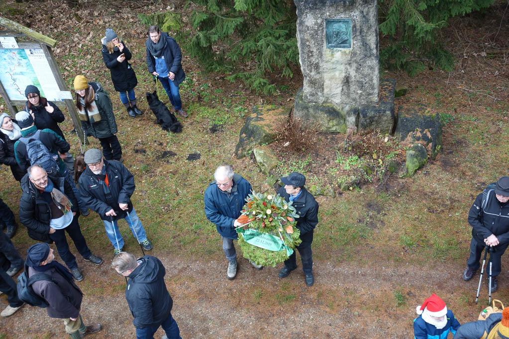 Kranzniederlegung am Wilhelm Raabe Gedenkstein