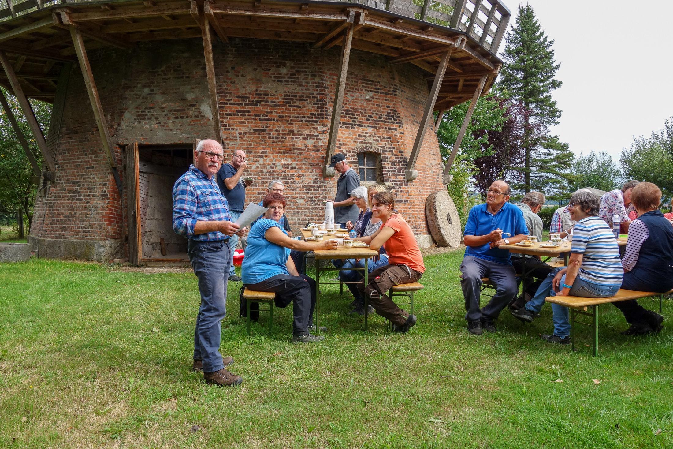Nach der Besichtigung der Mühle gibt es Kaffee und Kuchen