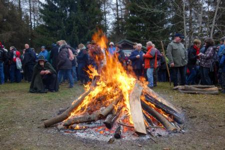 Das Feuer verbreitet wohlige Wärme