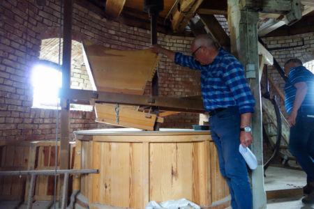 Wolfgang Woitag führt durch die Stroiter Mühle