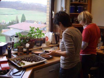 25.11.2009: Ü50-Gruppe stellt Pralinen her