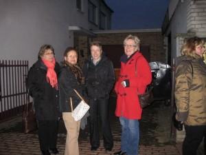 Susanne Bittner, Siew-Hong Leier, Ulrike Podlasly und Ingrid Grotjahn warten auf den Bus nach Buchhagen