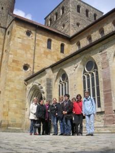 Frauengruppe vor der Michaeliskirche