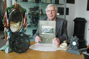 Stolz zeigt Friedrich Heise das neue Buch.
