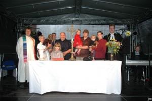 Übergabe des Altarkreuzes beim Gottesdienst