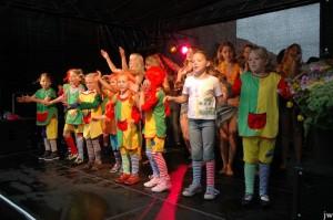 Die Kindertheatergruppe tanzt