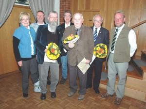 Urkunden und Blumensträuße überreichten Stephan Lorberg (rechts) und (von links) Ingrid Grotjahn an Wilfried Rott, Bodo Hage, Karl Biel, August Scherff und Arthur Lange.